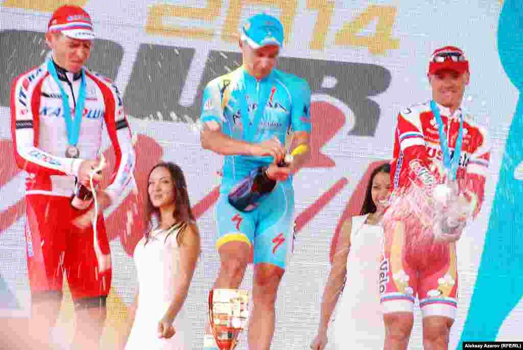 По традиции победитель и призеры облили стоявших перед сценой болельщиков и представителей СМИ шампанским.