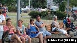 Oameni din Burgas, seara în parc. (Foto: Sabina Fati)