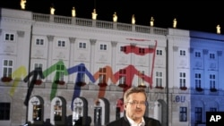 Polish President Bronislaw Komorowski flipped the switch to illuminate the presidential palace in Polish and EU colors to mark his country's EU Presidency, which began on July 1.