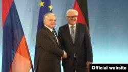 Министр иностранных дел Армении Эдвард Налбандян встречается с министром иностранных дел Германии Франком-Вальтером Штайнмайером в Берлине (архив)