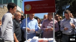 Премиерот Никола Груевски го посети штандот за собирање идеи за партиската програма на претстојните локални избори. 9 септември 2012 година.