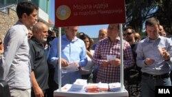 Премиерот Никола Груевски го посети штандот за собирање идеи за партиската програма на претстојните локални избори, но не даде изјава за медиумите за владината криза.