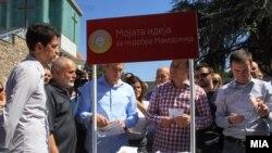 Премиерот Никола Груевски во посета на штанд за собирање идеи за партиската програма на претстојните локални избори.