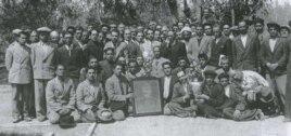 عکس تعدادی از هواداران فرقه دموکرات آذربایجان با پروترهای از استالین، رهبر اتحاد جماهیر شوروی