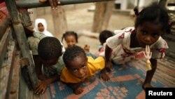 کودکان یمنی در حال سوار شدن به یک کامیون