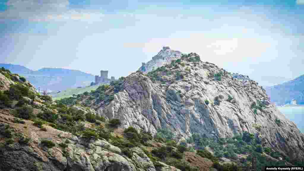 С Сокола (Куш-Кая) хорошо просматривается Крепостная гора, где расположилась средневековая Судакская крепость