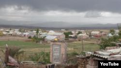 Орталық көшесіне Нұрсұлтан Назарбаевтың аты берілген Арич ауылы. Армения, 2015 жылдың қазаны.
