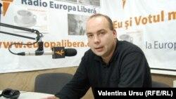 Corneliu Ciurea în studioul de la Chișinău al Europei Libere