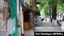 Маленькие кварталы, тесно застроенные старинными кирпичными особняками, чередуются с саманными домиками с невзрачными фасадами. Здесь в общих дворах осетины соседствуют с ингушами, азербайджанцы с армянами
