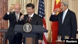 АҚШ вице-президенті Джо Байден (сол жақта), Қытай президенті Си Цзиньпин (ортада) және АҚШ мемлекеттік хатшысы Джон Керри шарап құйылған бокал көтеріп тұр. Вашингтон, 25 қыркүйек 2015 жыл.