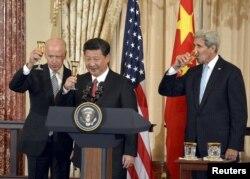 Вице-президент США Джо Байден, президент Китая Си Цзиньпин и государственный секретарь США Джон Керри поднимают бокалы с шампанским. Вашингтон, 25 сентября 2015 года.