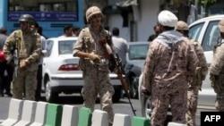 Իրան - «Հեղափոխության պահապանների կորպուս» էլիտար ստորաբաժանման զինծառայողները խորհրդարանի շենքի մոտ՝ առավոտյան տեղի ունեցած հարձակումից հետո, Թեհրան, 7-ը հունիսի, 2017թ․