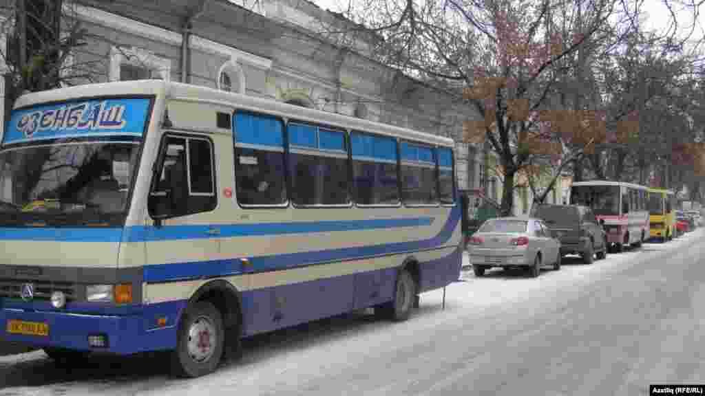 Җыен барган мәйдан янәшәсендә автобуста милиция хезмәткәрләре көтеп утырды