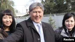 Алмазбәк Атамбаев журналистлар янында 31Окт2011