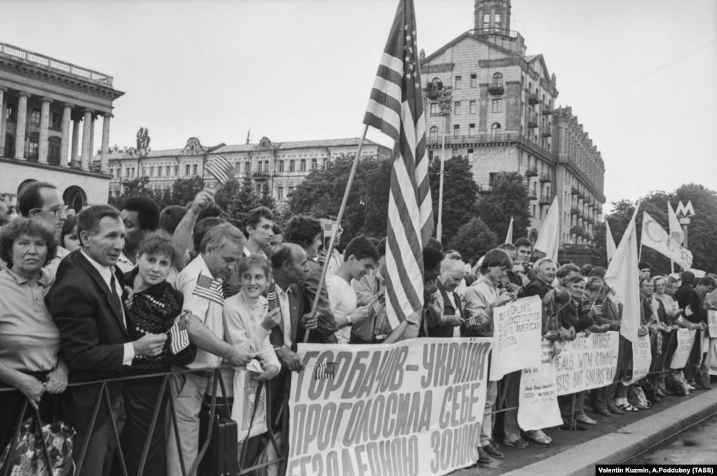 Демонстранти в центрі Києва під час візиту до України президента США Джорджа Буша. Київ, 5 серпня 1991 року