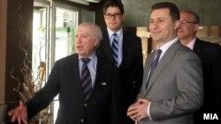 Архивска фотографија: Премиерот Никола Груевски и посредникот Метју Нимиц на работен ручек во Скопје.