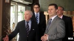 Премиерот Никола Груевски и посредникот Метју Нимиц на работен ручек во Скопје.