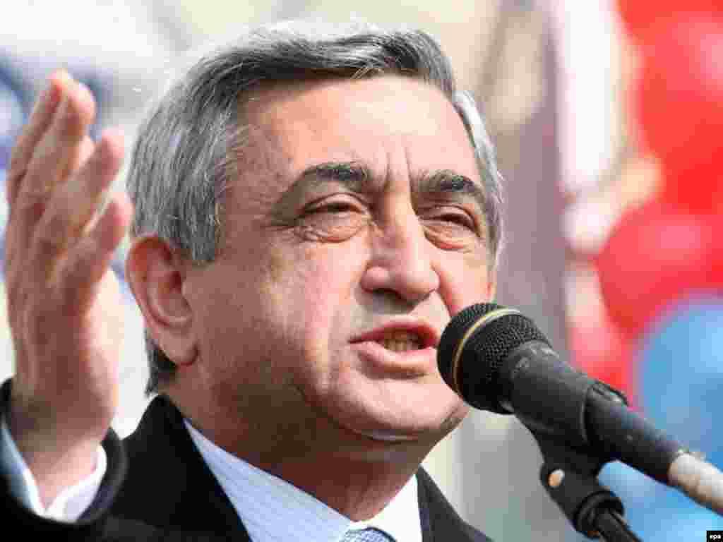 Премьер-министр Армении и кандидат в президенты Серж Саркисьян обращается к своим сторонникам на митинге в Абовяне. 16 февраля 2008