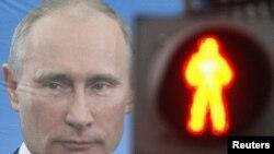 Pano me fotografinë e kryeministrit rus, Vladimir Putin, në Shën Petersburg.