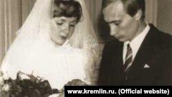 Брак президента России Владимира Путина с женой Людмилой распался. Они были зарегистрированы 28 июля 1983 года