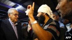 Лахдар Брагімі (л) на зустрічі з сирійськими біженцями в таборі Алтинезю на півдні Туреччини, 18 вересня 2012 року