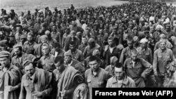 1942-жылы Украинанын түштүгүндө немистердин колуна туткунга түшүп, концлагерге бара жаткан советтик аскерлер. Маалыматтарга караганда, 1942-жылы 45 000 советтик жоокер туткунга түшкөн.