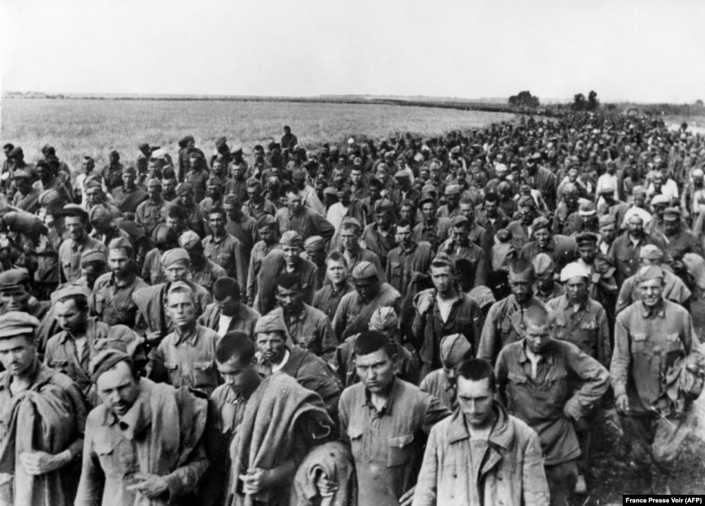 1942-жылы Украинанын түштүгүндө немистердин колуна туткунга түшүп, концлагерге бара жаткан советтик аскерлер. Маалыматтарга караганда 1942-жылы 45 миң советтик жоокер туткунга түшкөн.