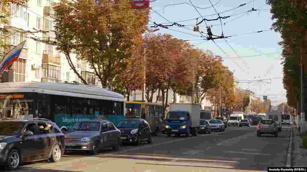Ранкова «тягнучка» на проспекті Кірова. Незабаром і на ньому одну зі смуг руху займе дорожня техніка