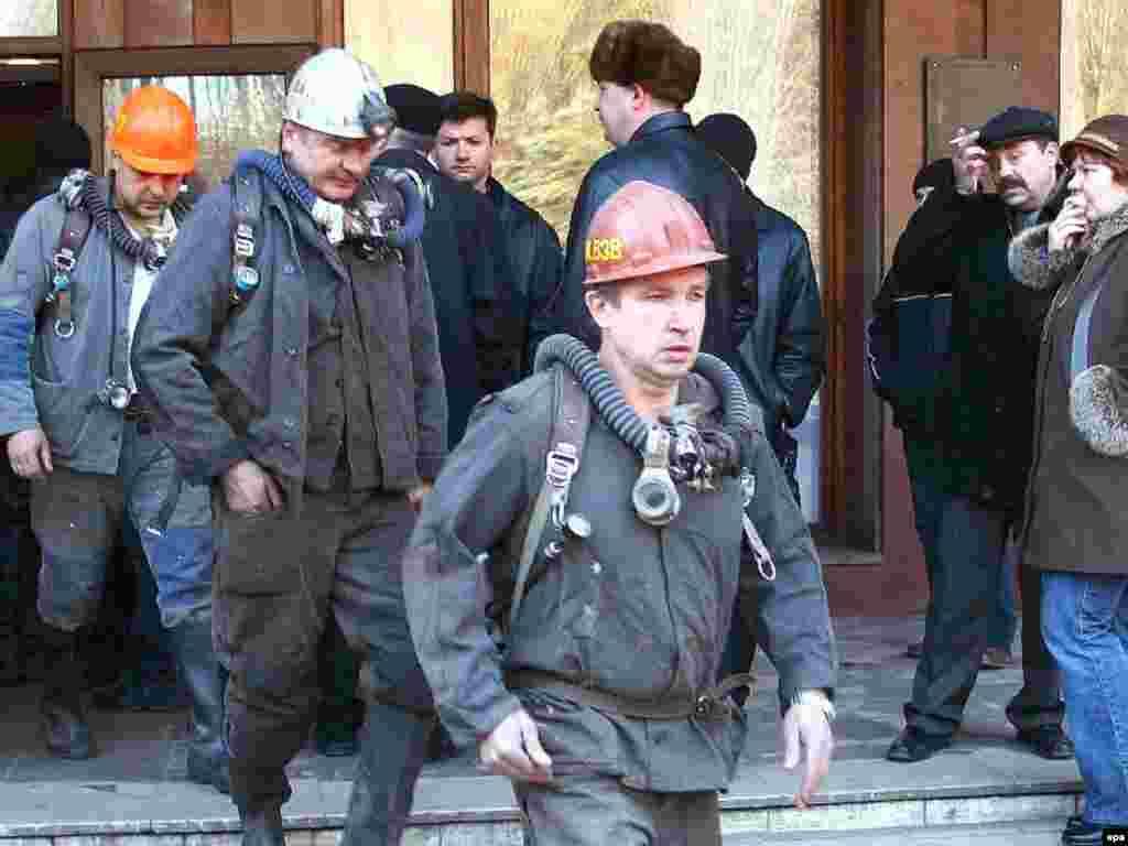Ukraine -- Rescuer workers pass by miners' relatives at the Zasyadko coal mine in eastern Donetsk, 18Nov2007 - 18 листопада 2007, рятувальники виходять з шахти ім. Засядька в Донецьку, де стався вибух метану і виникла пожежа. Загинув 101 шахтар. 3 грудня на цій самій шахті внаслідок нового вибуху загинуло ще 5 осіб