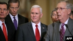 مایک پنس، معاون اول رئیس جمهور منتخب آمریکا، (وسط) روز چهارشنبه با جمهوریخواهان در کنگره دیدار کرد.