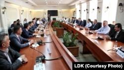 Foto nga arkivi, partitë politike në tryezë