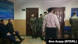 В коридоре суда, где проходит суд над военнослужащими воинской части 6655 Нацгвардии. Актобе, 21 декабря 2016 года.