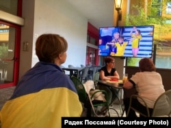 Ярина Груша-Поссамай стежить за грою українців з Мілана. Автор фото Радек Поссамай