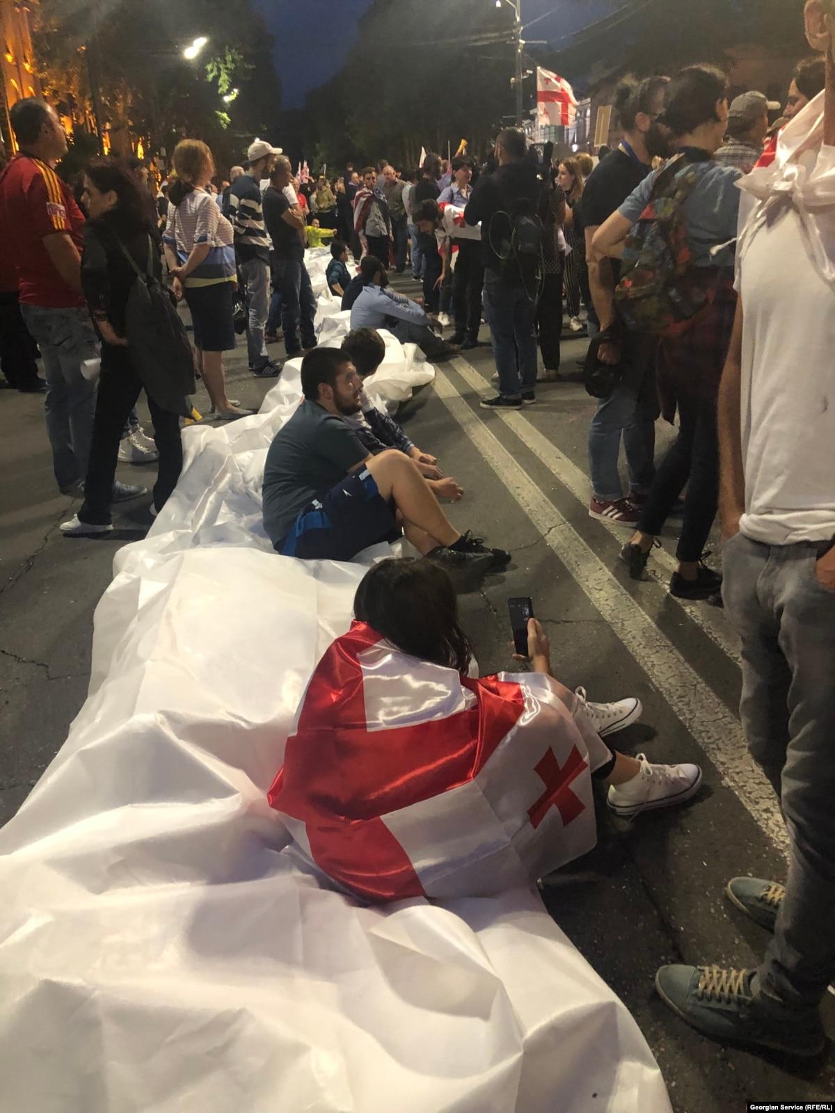 На 10-й день уличных протестов в Грузии требуют отставки главы МВД