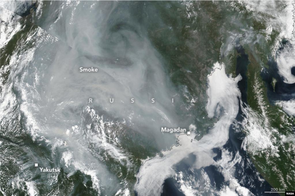 Hetek óta tombolnak már a bozóttüzek. A műholdkép július 5-én készült Jakutföldről, amelyet már akkor óriási füst borított. Az orosz katasztrófavédelem szerint legalább 187 tűz ég egyszerre, július 18. óta százezer hektárral nagyobb területen, mint korábban