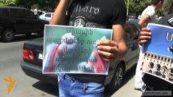 Ուսանողները պահանջում են Արմեն Աշոտյանից իրենց հարցերին պատասխանել կառավարության շենքի բակում