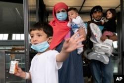 Refugați afgani sosiți pe aeroportul Dulles din Washington, SUA, 29 august 2021