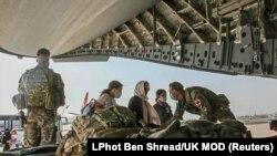 Shtetasit britanikë dhe disa afganë duke u larguar nga shteti përmes aeroportit të Kabulit Gusht 2021.