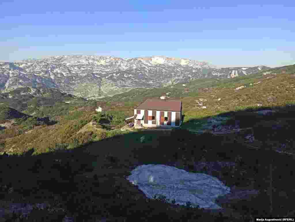 """Sat hoda od """"Hajdučkih vrata"""" udaljen je Dom """"Vilinac"""", kojim upravlja istoimeno planinarsko društvo. Nalazi se na južnoj strani planinskog vijenca, s najvišim vrhom Vilincom na 2.116 metara. Do Doma se dolazi isključivo pješke, a najkraća ruta iz podnožja traje oko tri i pol sata."""