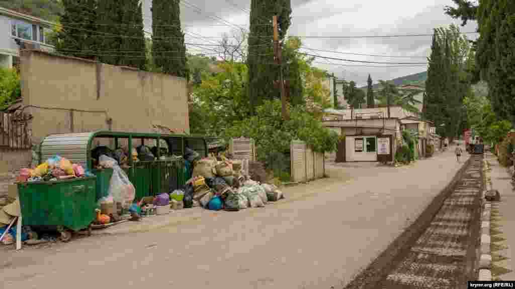 Курортний сезон у селі почався з дорожнього ремонту центральної вулиці