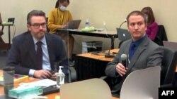 Дерек Шовін (справа) на одному із засідань суду