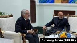رئیس شورای عالی مصالحۀ ملی افغانستان (چپ) همراه با حامد کرزی رئیس جمهور پیشین افغانستان