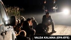 Група илегални мигранти приведени во Ворзова, Летонија, 11 август 2021 година. Летонската влада прогласи вонредна состојба на границата со Белорусија од 11 август до 10 ноември 2021 година