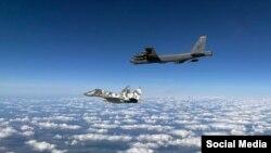 Egy Boeing B-52-es stratégiai bombázó és egy ukrán MiG-29-es Ukrajna fölött 2020. augusztusában.