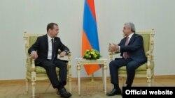 Президент Армении Серж Саргсян (справа) принимает премьер-министра России Дмитрия Медведева, Ереван, 24 октября 2017 г.