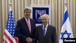 Госсекретарь США Джон Керри во время встречи с президентом Израиля Шимоном Пересом в Иерусалиме 6 ноября 2013 года