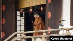 Ýaponiýanyň imperatory Akihito Tokioda Taiirei-Tojitsu-Kaşikodokoro-Omae-no-gi adatyny berjaý edýär. 30-njy aprel, 2019 ý.