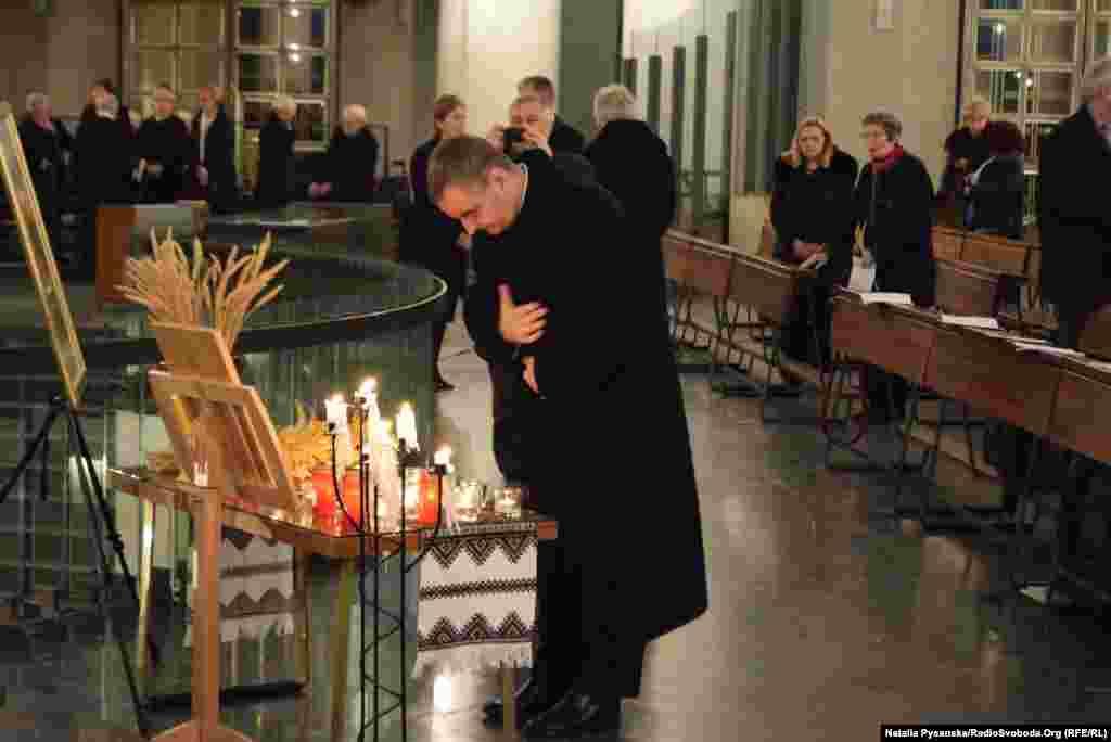 Молитва лунала двома мовами: «Однак ти очима споглянеш і відплату грішників побачиш». Нікола Етерович – римо-католицький архієпископ, ватиканський дипломат, колишній апостольський нунцій в Україні
