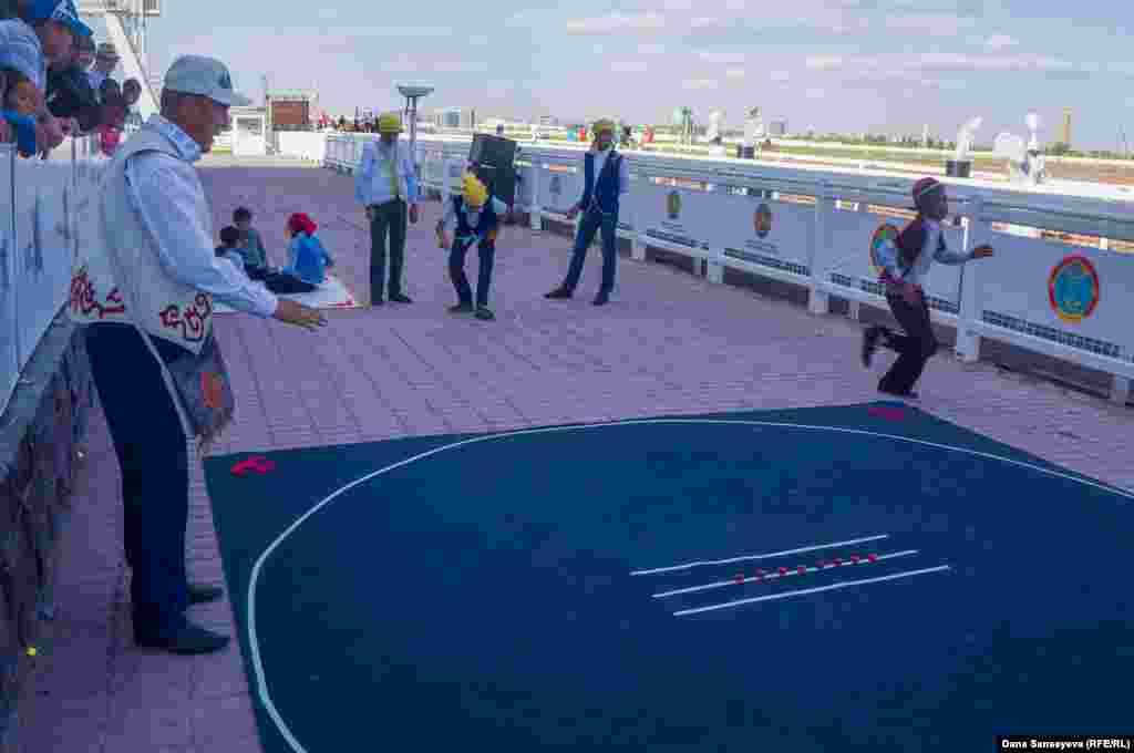 Перед началом соревнований зрителям мероприятия были продемонстрированы элементы казахской народной игры асык ату.