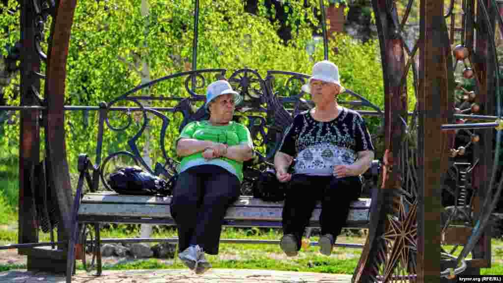 Жінки відпочивають і гріються на сонці